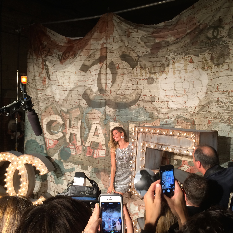 ジゼルの登場。Chanel  N°5 パーティにて。