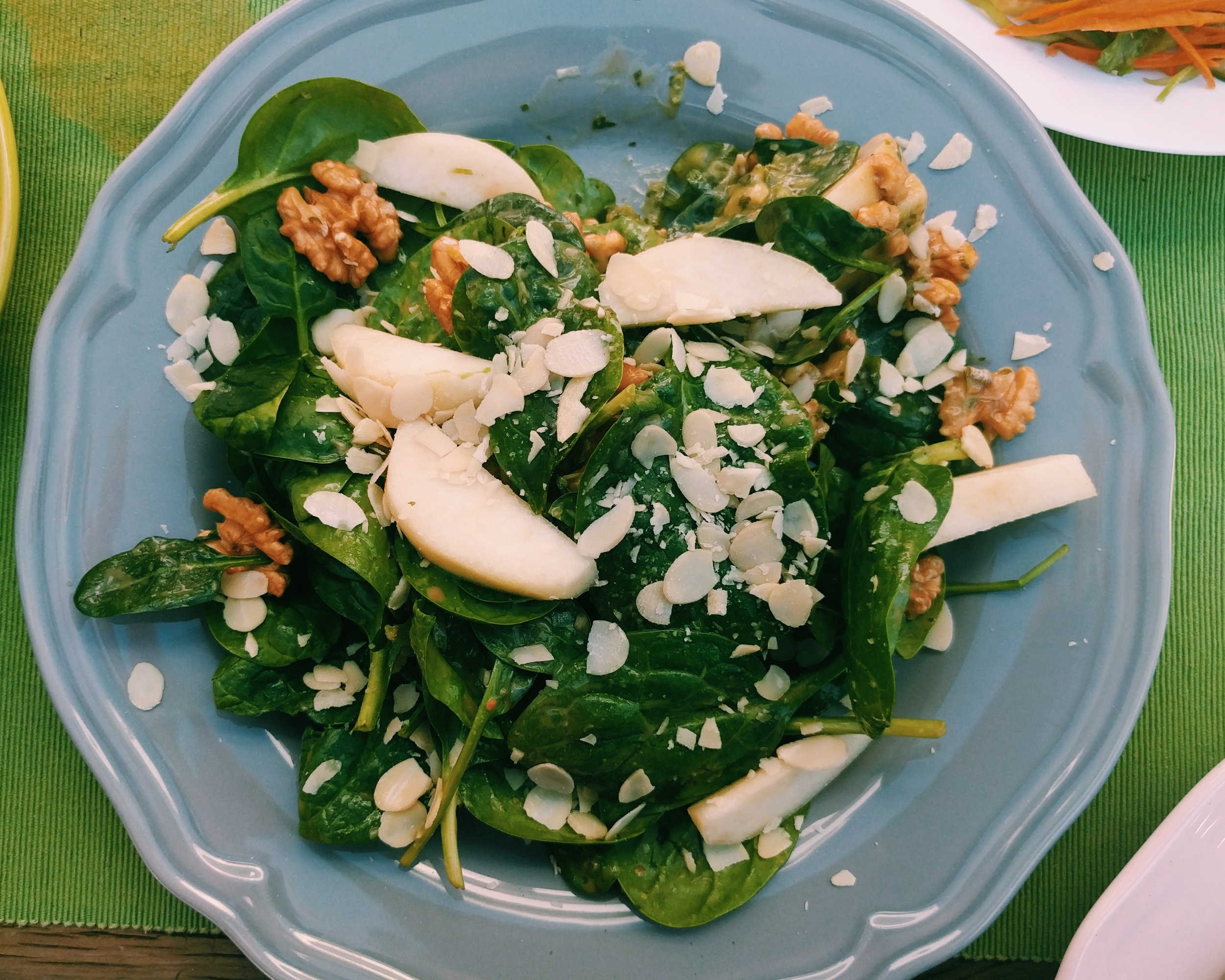 Spinach and pears salad