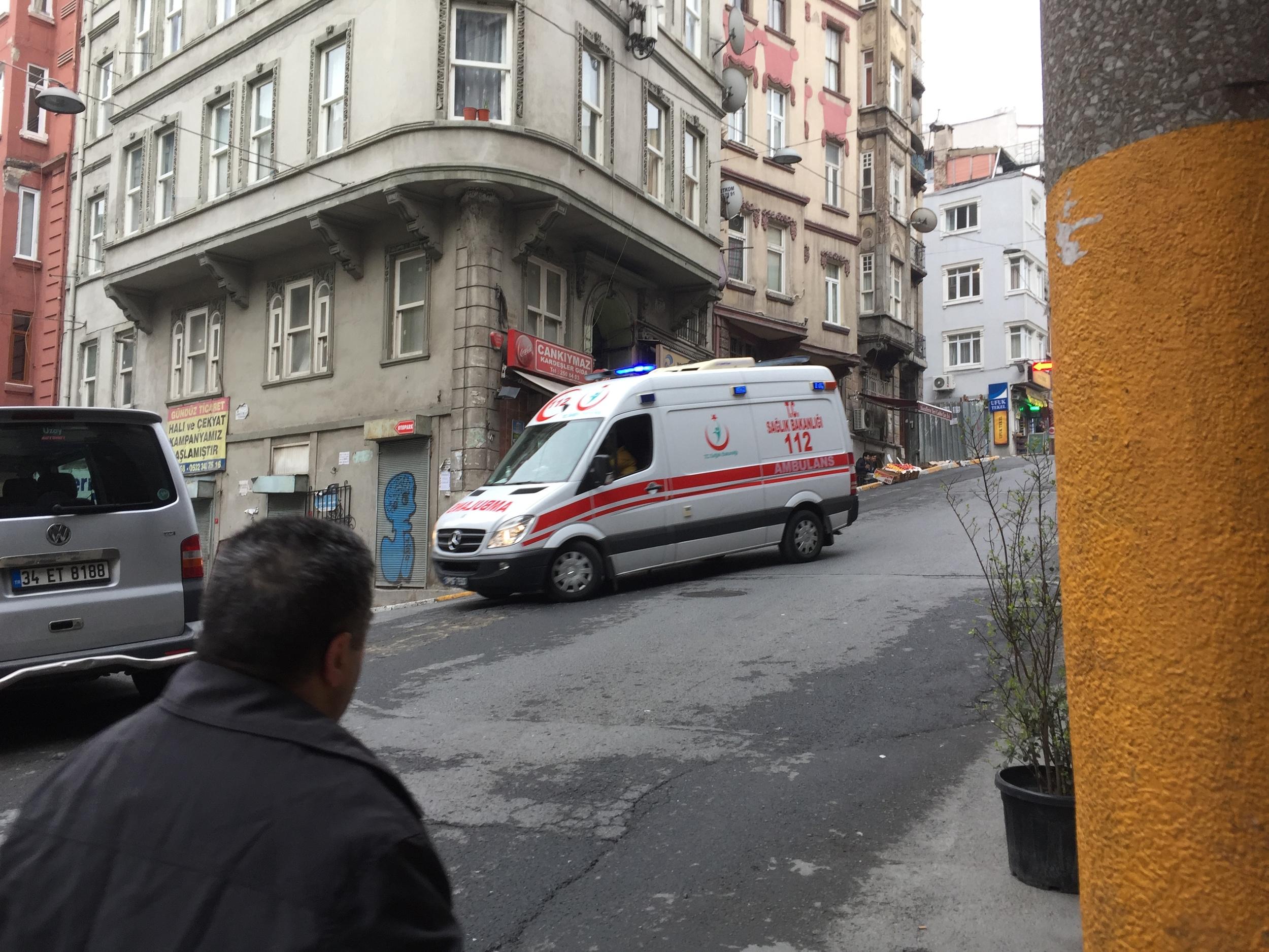 Un'ambulanza che arriva dal luogo dell'attentato passa sotto casa mia.
