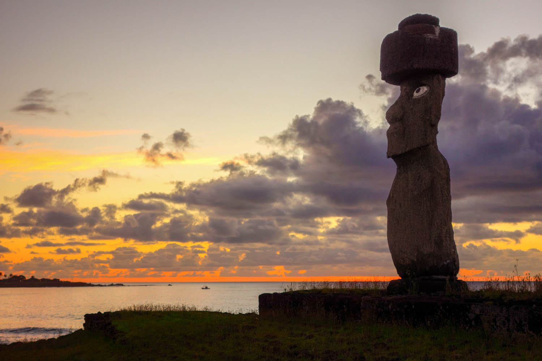 3-Moai_Sunset.jpg