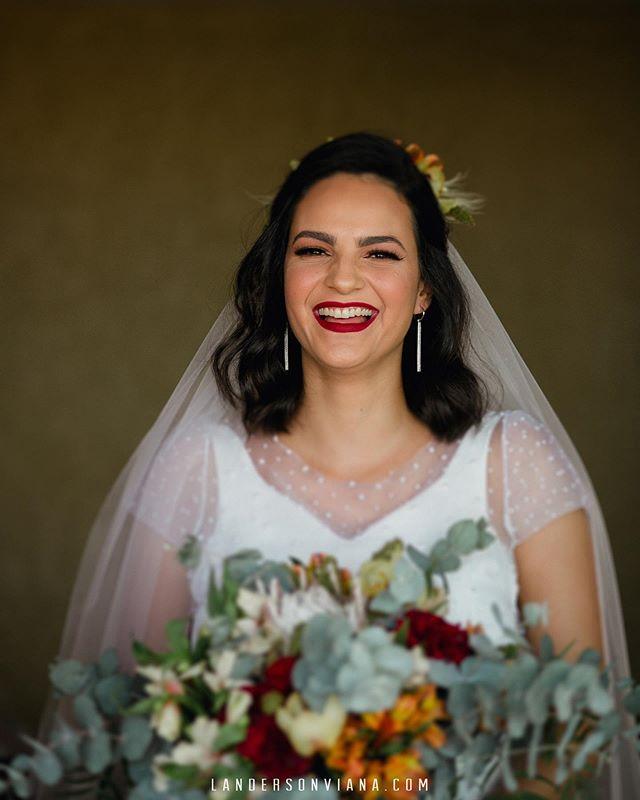 Aquele sorriso de quem estava plena até colocar o vestido! 👰🏻 Landersonviana.com #landersonviana #bride