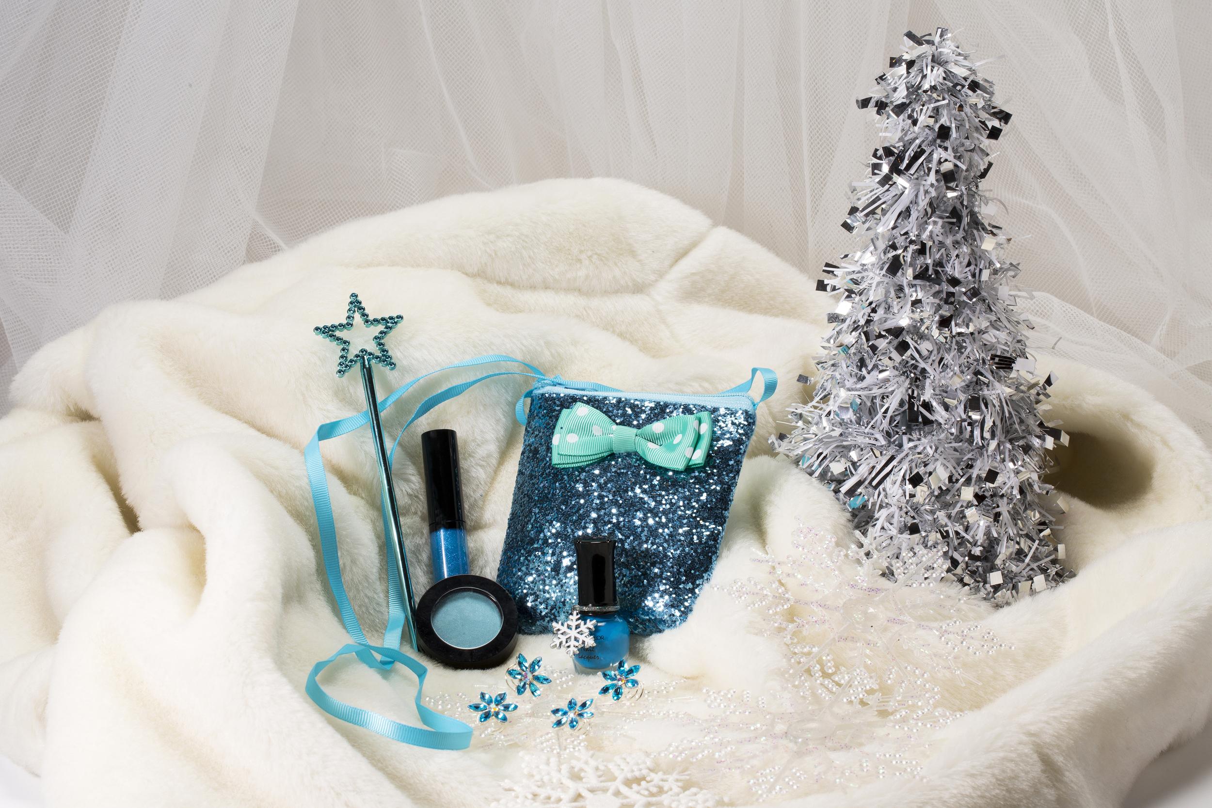 includes: blueberry lip gloss, blue eye shadow, mini blue nail polish, 4 blue snowflake hair crystals, snowflake charm, blue mini wand, blue sequin bag.