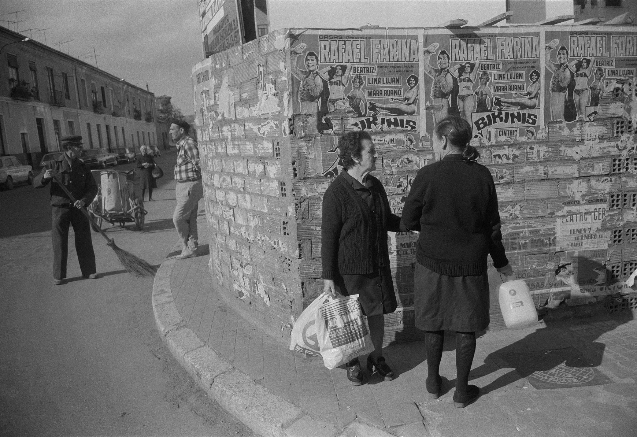 Espana 1973 Women Talking.jpg