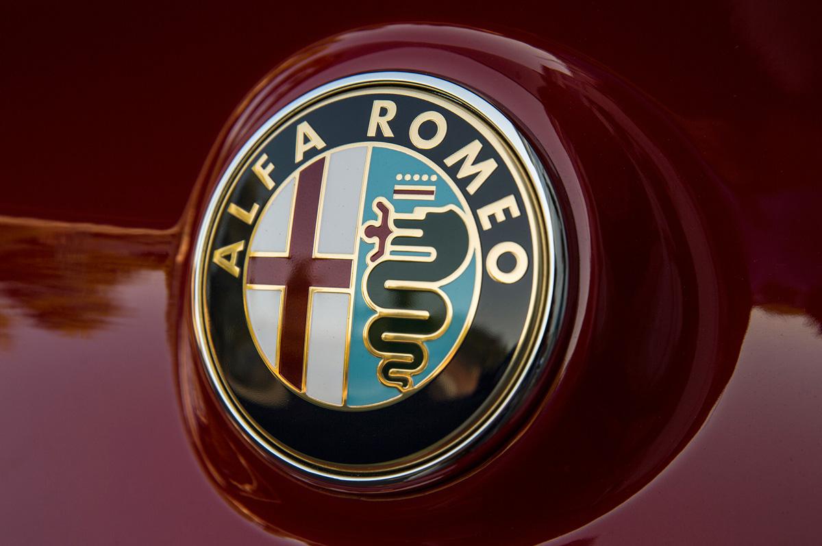 2015-alfa-romeo-4c-badge.jpg