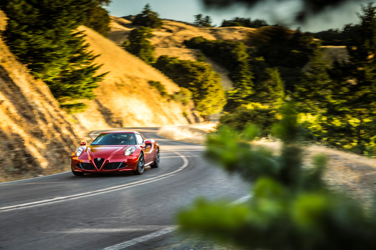 2015-alfa-romeo-4c-front-end-in-motion (1).jpg