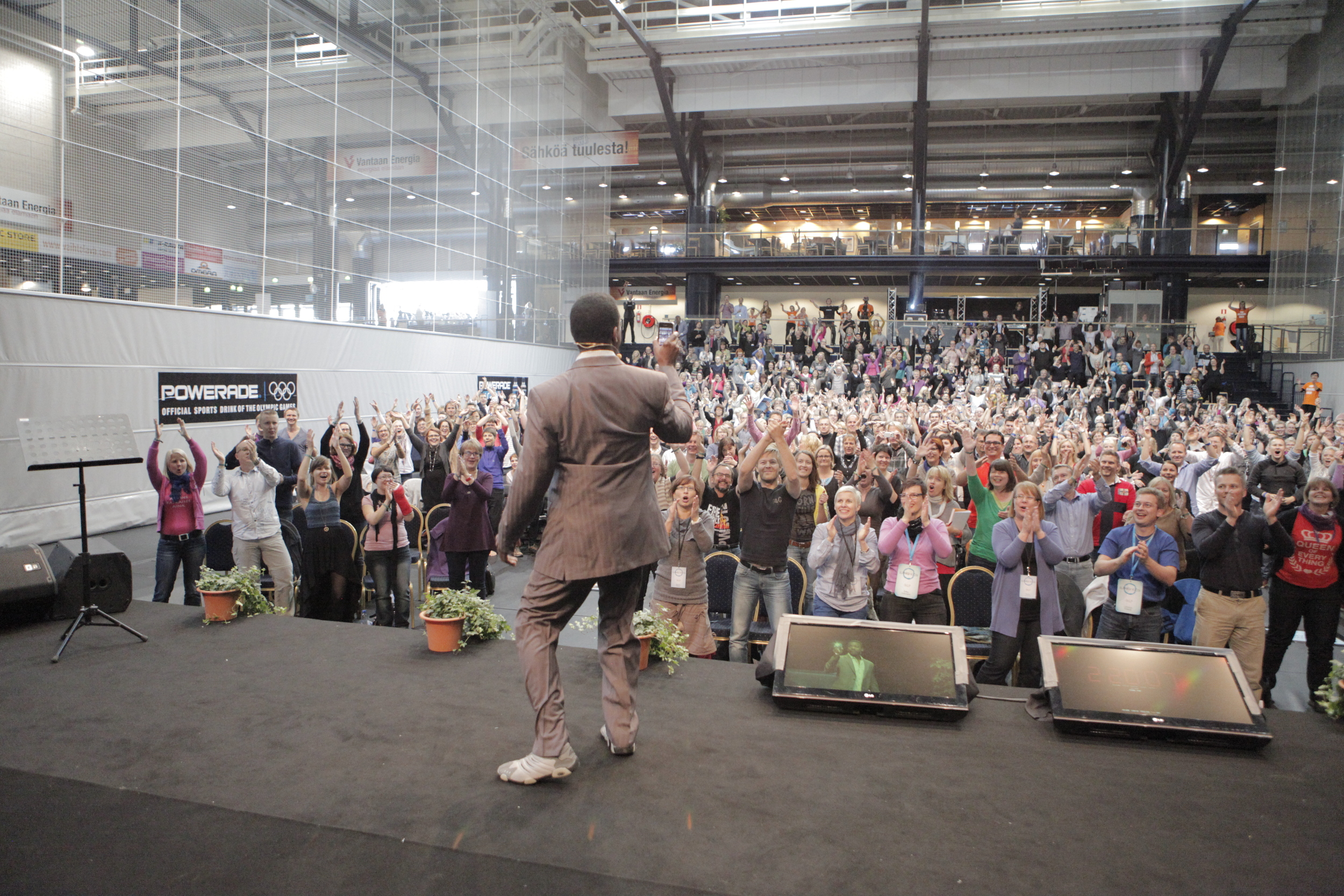 Joseph juuri tullut lavalle Vantaan Energia Areenalla syksyllä 2012.