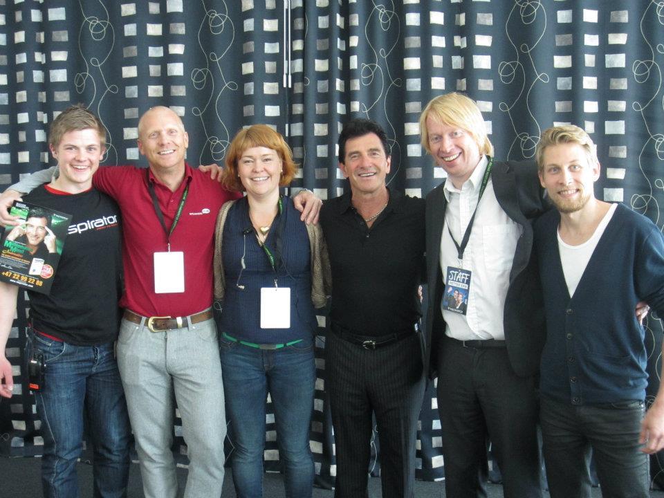 Oikealla vieressäni Petter-Erik Nyvoll Elevatesta ja keskellä legendaarinen herra T.Harv Eker. Kuva Oslossa pidetystä ensimmäisestä Elevate -seminaarista.