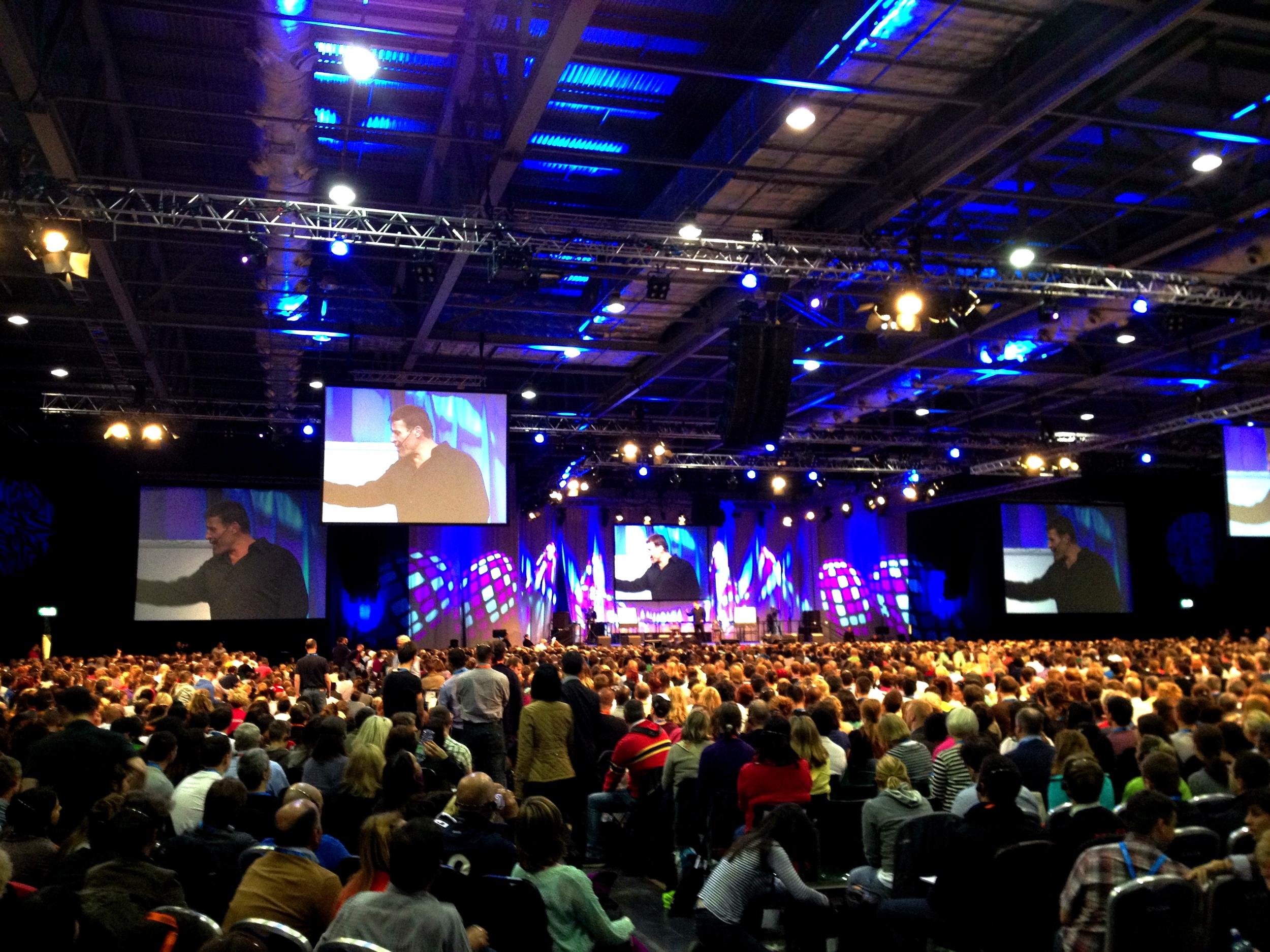 Tony Robbinsin Unleash the Power Within -seminaarissa on tuhansia ihmisiä joka kerta.