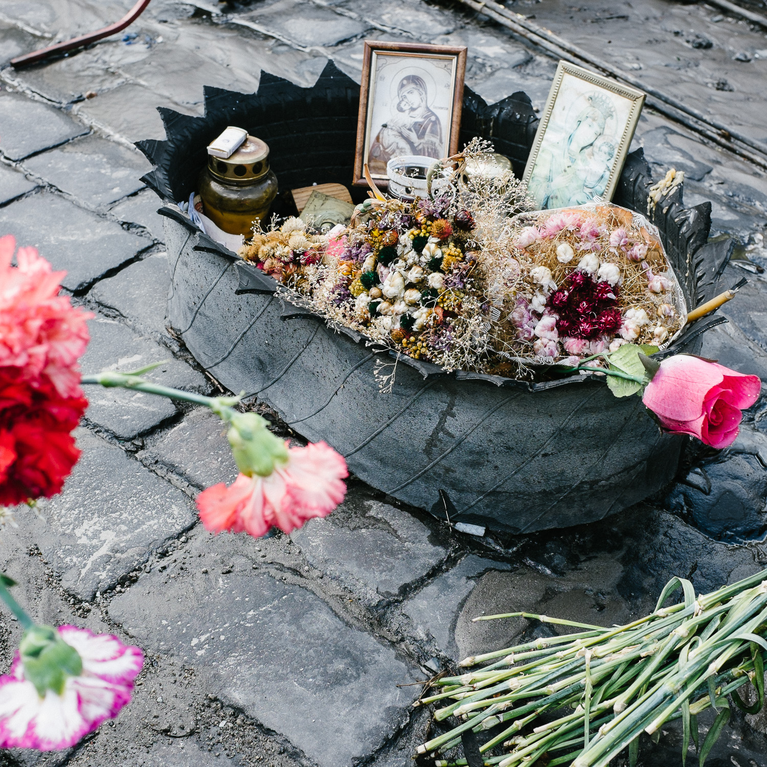 A memorial made from a tire on Kiev's Hrushevskoho Street, off Independence Square.