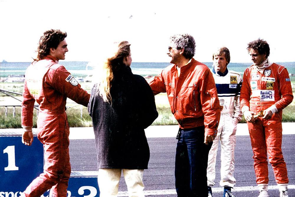 1985  Siegerehrung in Diepholz – im weißen Overall: Joachim Winkelhock