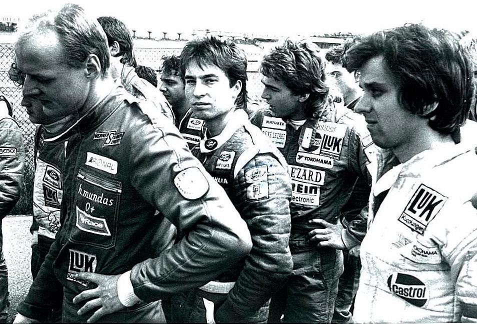 1985    Hoch interessiert bei der Fahrerbesprechung – hinter Heinz-Harald Frentzen stehend, aber immer vor ihm ins Ziel kommend trotz unterlegenem Material - dem späteren 3-fachen F1-Grand-Prix-Sieger(Imola 1997, Magny Cours 1999, Monza 1999) auf Williams