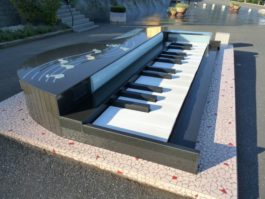 Keyboard at the gravesite of Teresa Teng