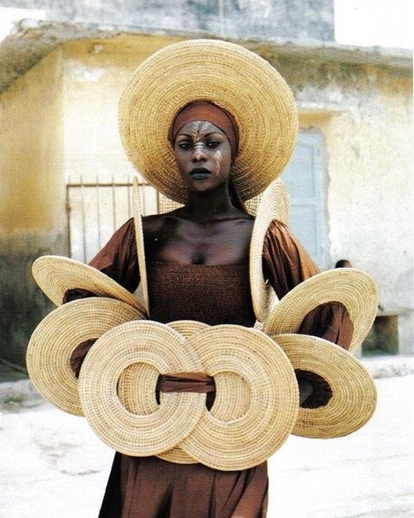 Beautiful image by Sibylle Bergemann of woman in Dakar ⠀⠀⠀⠀⠀⠀⠀⠀⠀ ⠀⠀⠀⠀⠀⠀⠀⠀⠀ ⠀⠀⠀⠀⠀⠀⠀⠀⠀ #Dakar #SibylleBergemann #photography #Africa #basket #basketweave #sustainablefashion #sustainableaccessories #accessories #sustainablejewelry #sustainablejewellery #fouchejewels #africanmade #africaninspired #ethicalfashion #ethicaljewelry #ethicaljewellery #oneofakind #handmade #artisanal #artisan #couture #africa