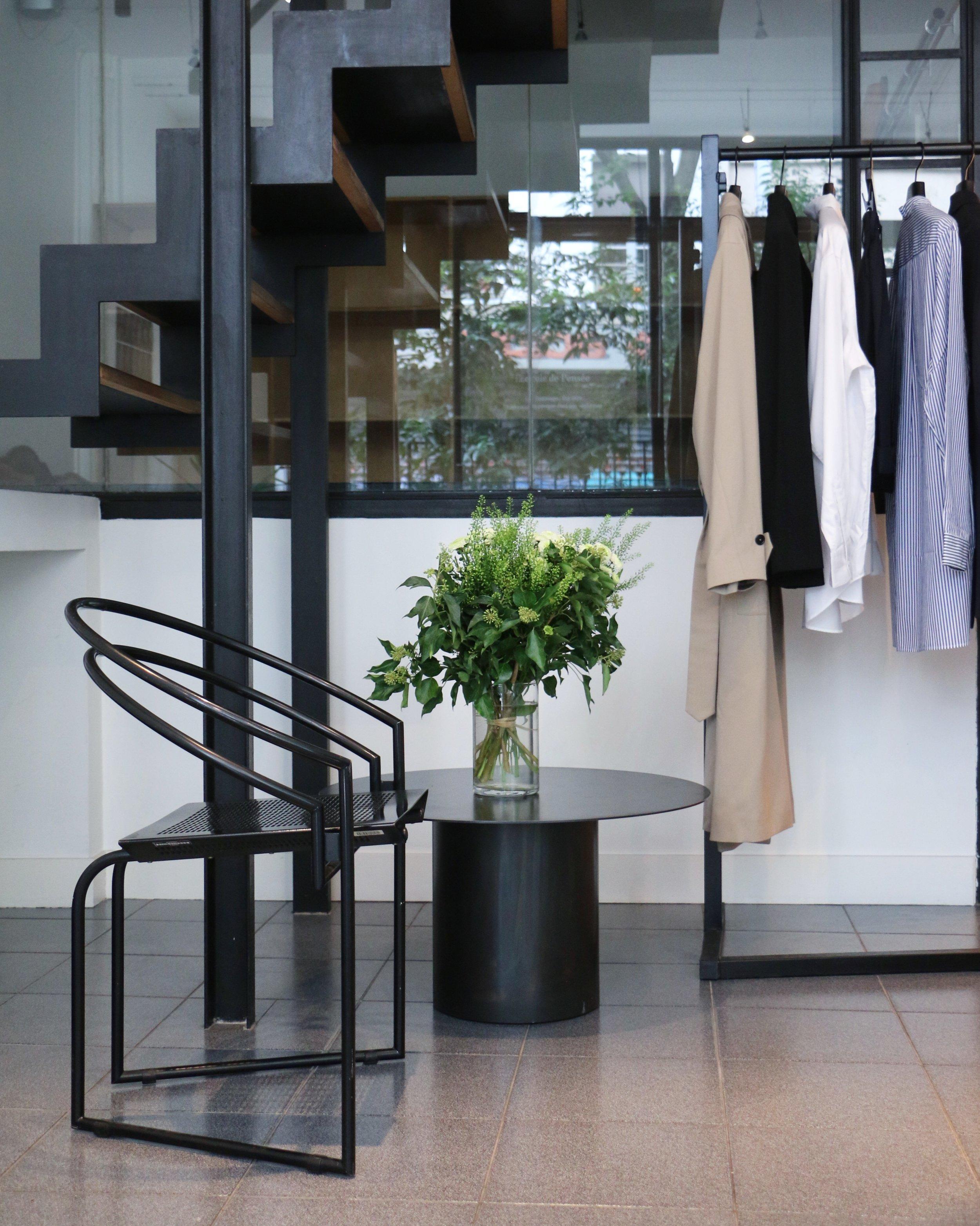 Showroom Paris. Chaise Latonda 614 par l'architecte suisse Mario Botta et table basse Oxydation par la créatrice ukrainienne Kateryna Sokolova.
