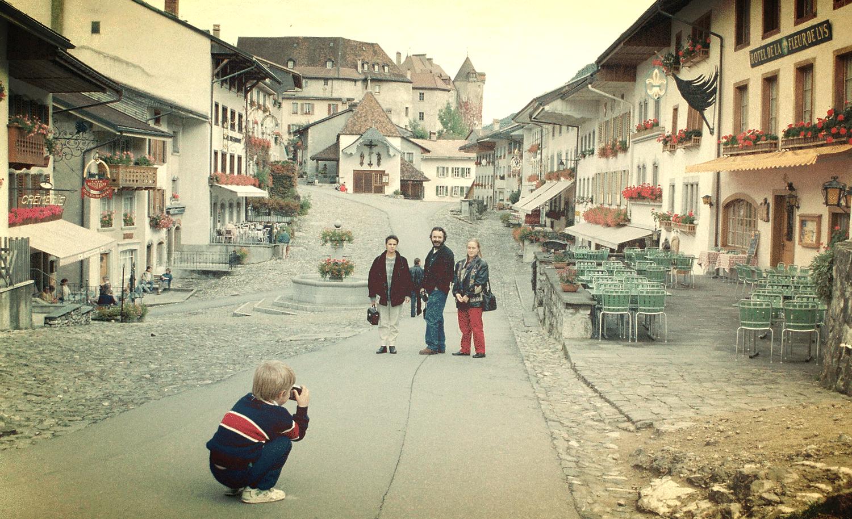 Suiza, 1993; yo estaba detrás, haciendo la foto con la Leica de la foto anterior. Hoy hace reportaje social profesionalmente.