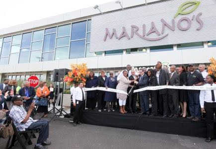 Mayor Rahm Emanuel and other officials cut the ribbon at the Oct. 10, 2016, opening of a new Mariano's in Bronzeville, at 38th Street & King Drive. | Photo: Brooke Collins