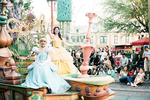 I've been working on an upcoming blog post about our stay at the Disneyland Hotel in Anaheim for a while now, but life keeps happening. So in the meantime, here's a photo of my favorite Disney princess and her mouse talking friend from the Disneyland parade.⠀ ⠀ This trip was probably the most challenging for me to shoot film, and I accidentally let my roll go through an X-ray machine at Universal Studios 🤦🏽‍♀️ Not sure if anything happened, but if it did, @thefindlab made sure to process the roll just right (thanks friends!).