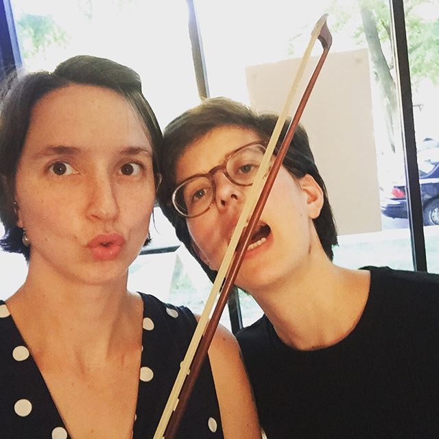 Don't eat my bow, Carrie! Instead play some duets @narlochpiano! Come see if I have any bow left by the end...