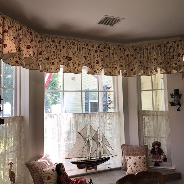 French lace on cafe' curtains compliments this beautiful top treatment made by #Customlyyoursllc #frenchcurtains #frenchlace #customcurtains #cafe'curtains #customlyyours.com