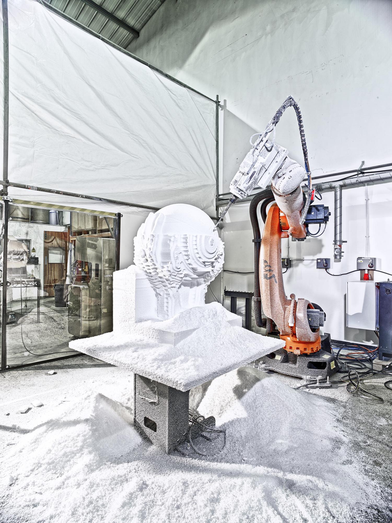 Les robots industriels ne servent bien évidemment pas uniquement à la fabrication d'automobiles, leurs domaines d'intervention peuvent être aussi divers quel'usinage des cuves d'unréacteurnucléaire, ou bien encore servir àla  réalisation desculptures géantes pour l'industrie du spectacle .  Photographie:  Christoffer Rudquist