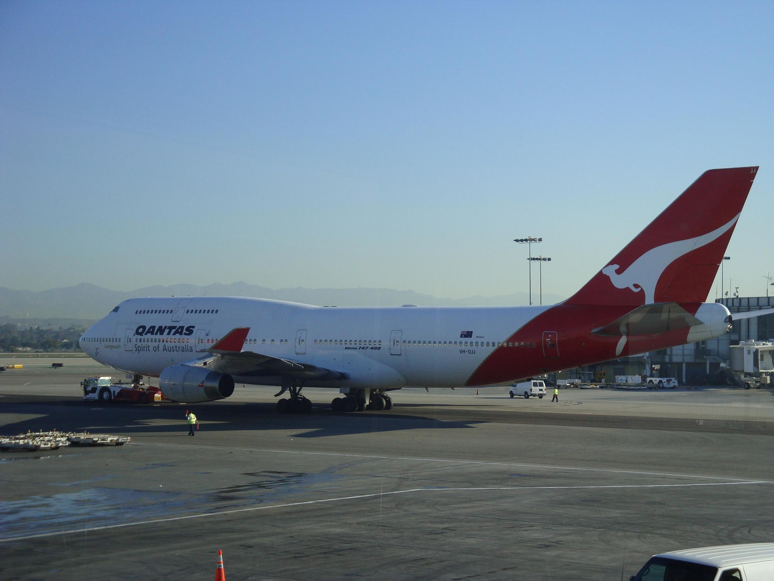 QANTAS 747 LEAVING SYDNEY