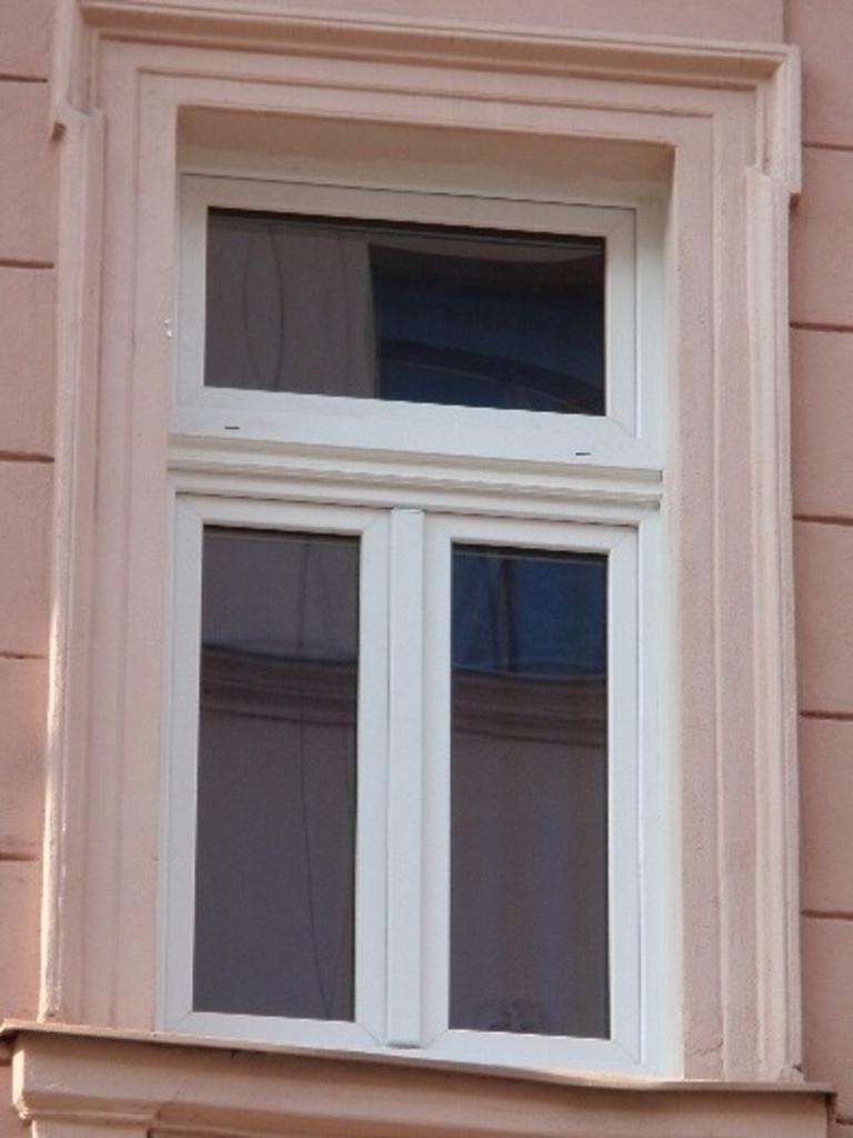 Plastové okno, které se tváří historicky. Mezi masivními profily trochu místa na skla zbylo.