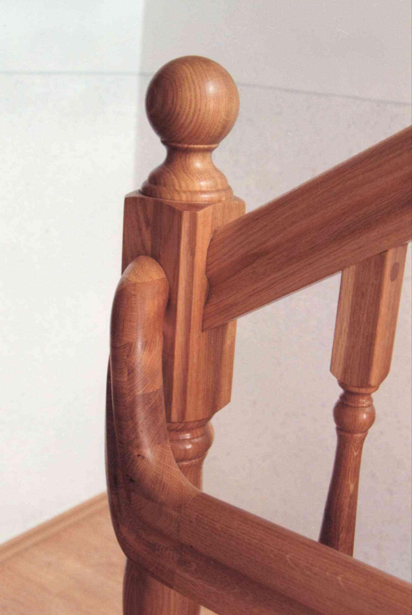 Schodiště, obklad, dub. Detail zábradlí s koulí. Livínov - 1999.