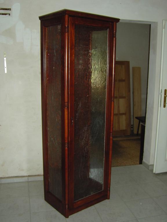 Soubor celomasivního nábytku. Most - 2000.