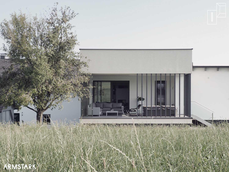 Schlichter Baukörper im Spannungsfeld von Natur und bestehenden Gebäuden