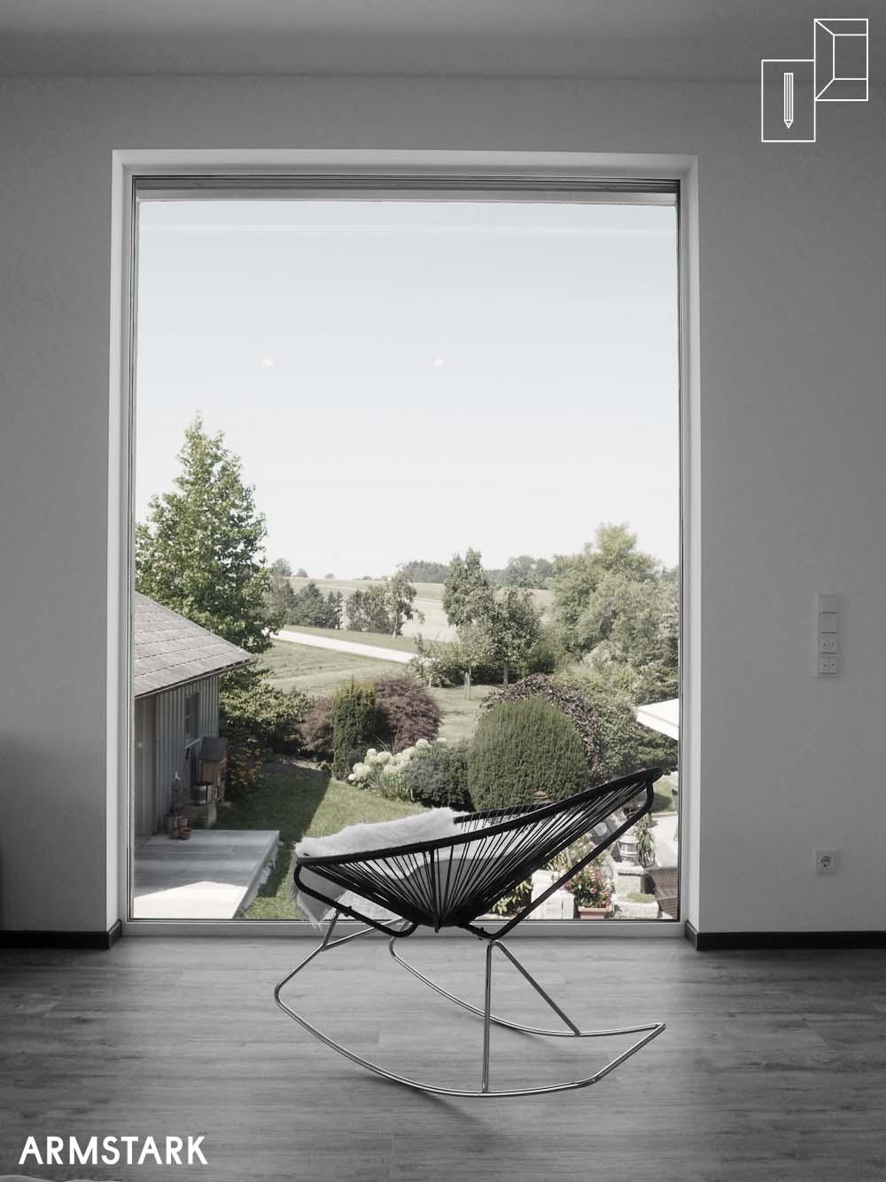 Große Fenster verbinden Innenraum mit Außenraum