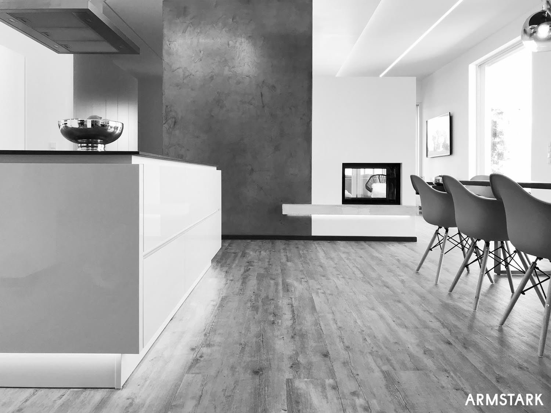 Küchenblock und Esstisch vor Kamin