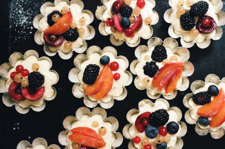 pretty little summer fruit cakes | apt 2b baking co