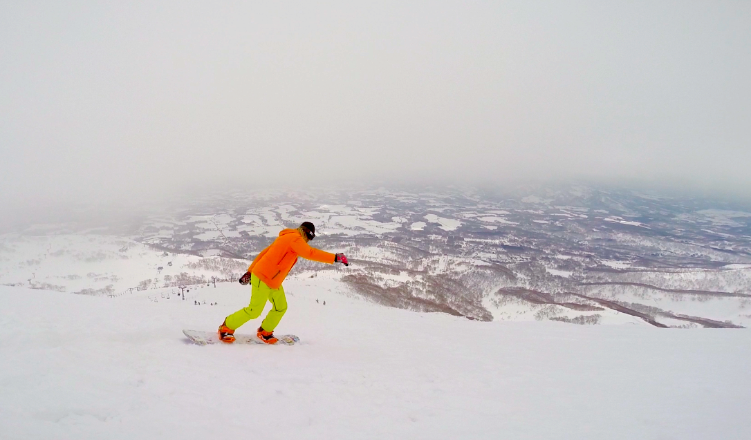 Guy @surffx carving it up in Niseko. Check out the orange jacket and bindings. Does he know how to sync style or what!