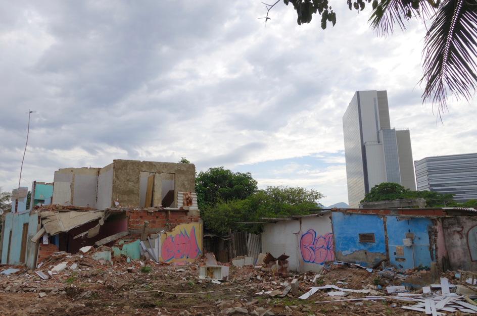 As Rio's Olympic Park rose in the background, remaining Vila Autódromo residents lived surrounded by the rubble left behind by demolitions. Photo: Margit Ystanes