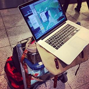 Kim Vadskær oploader filer i Københavns lufthavn