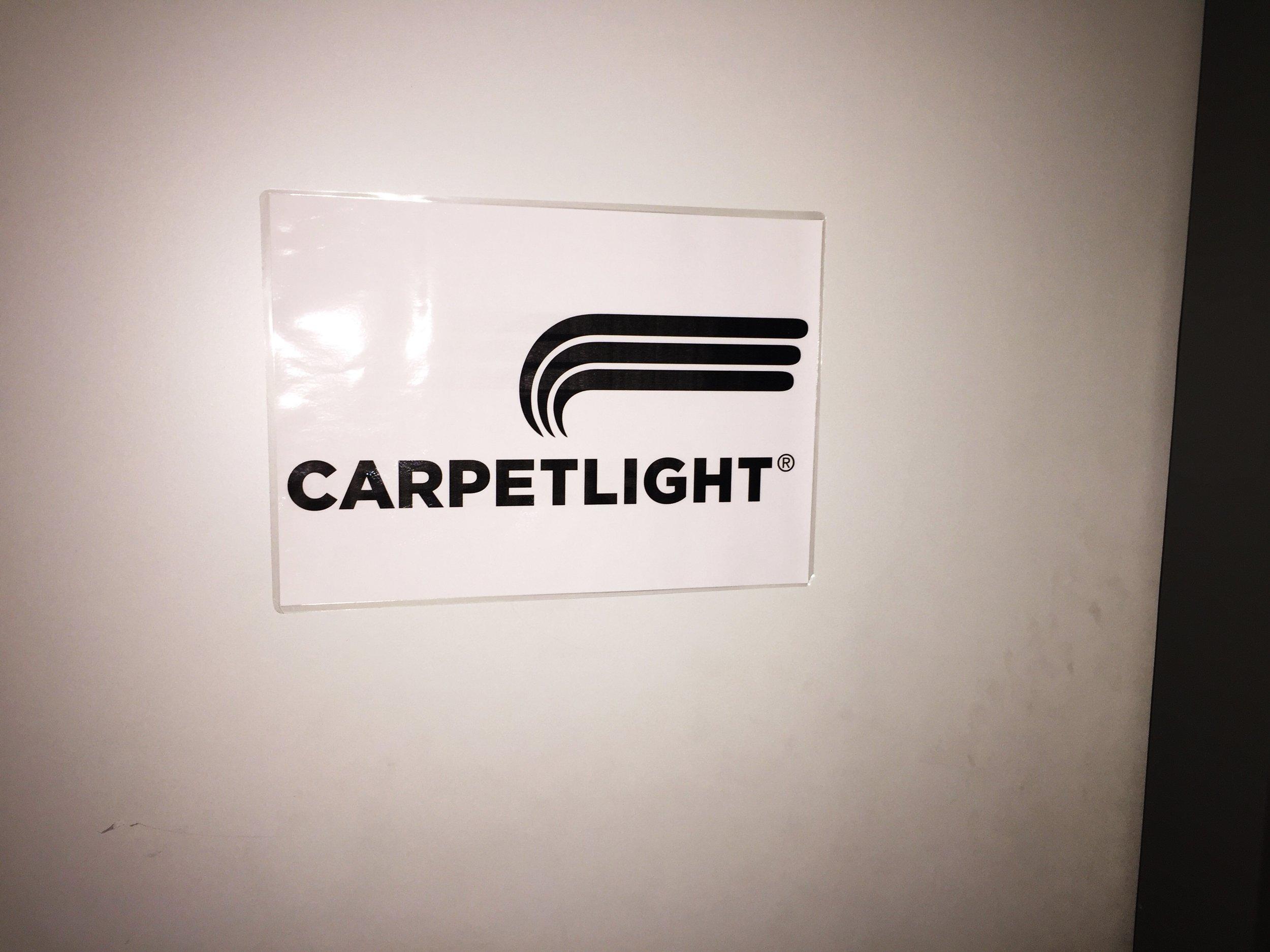 CARPETLIGHT muss sich nicht verstecken. Sie tuhen es aber. Hinter einer Treppe findet man nach kurzer suchen den Frimensitz hinter diesem Schild. :)