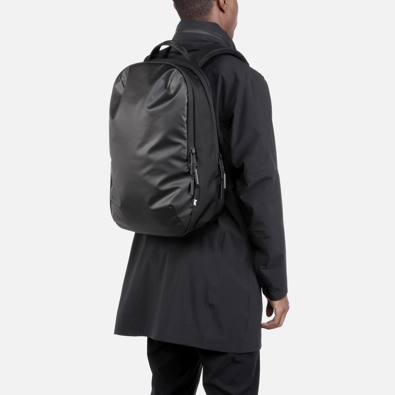 31001_daypack_black_model.JPG