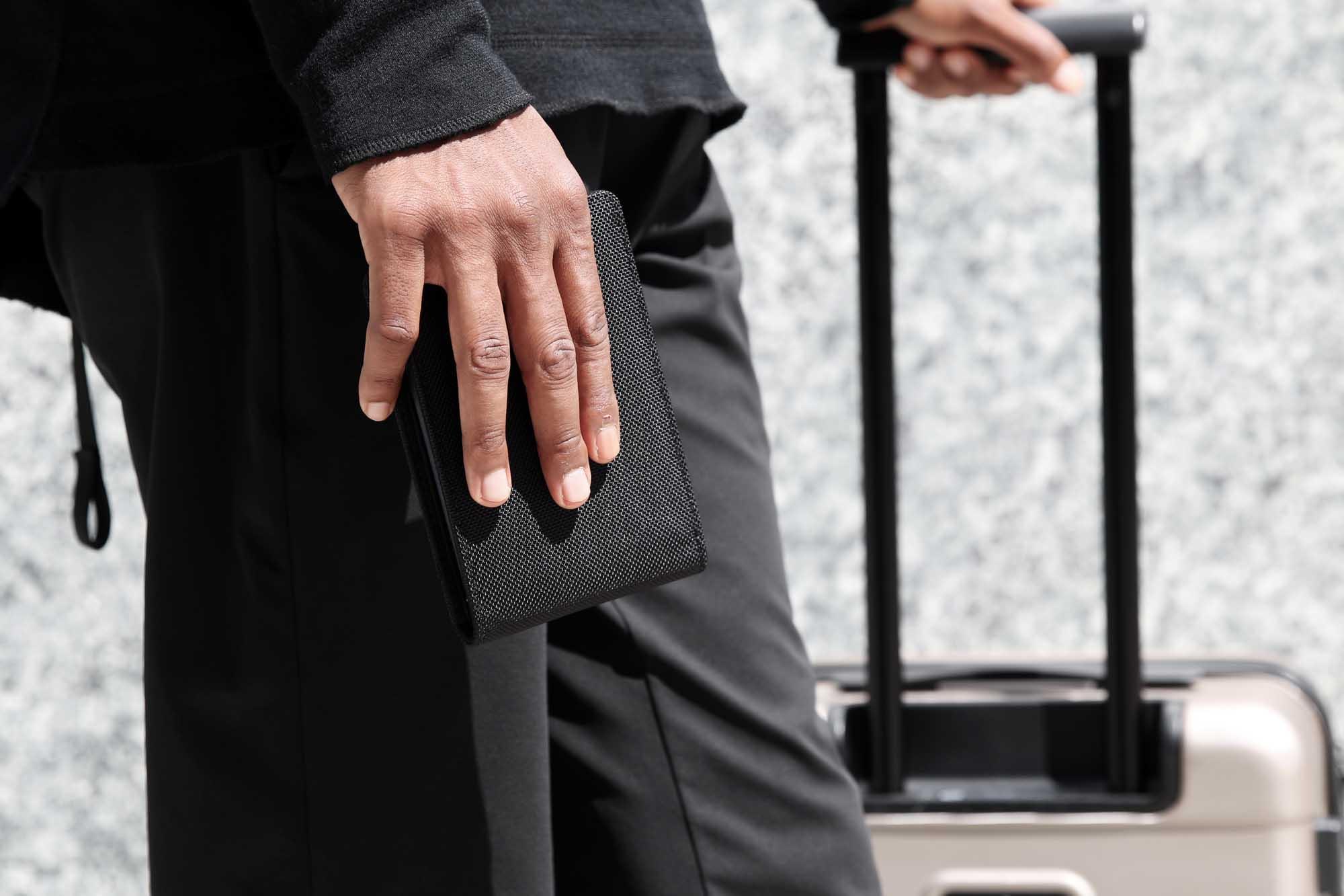 41001_travelwallet_black_hand.JPG