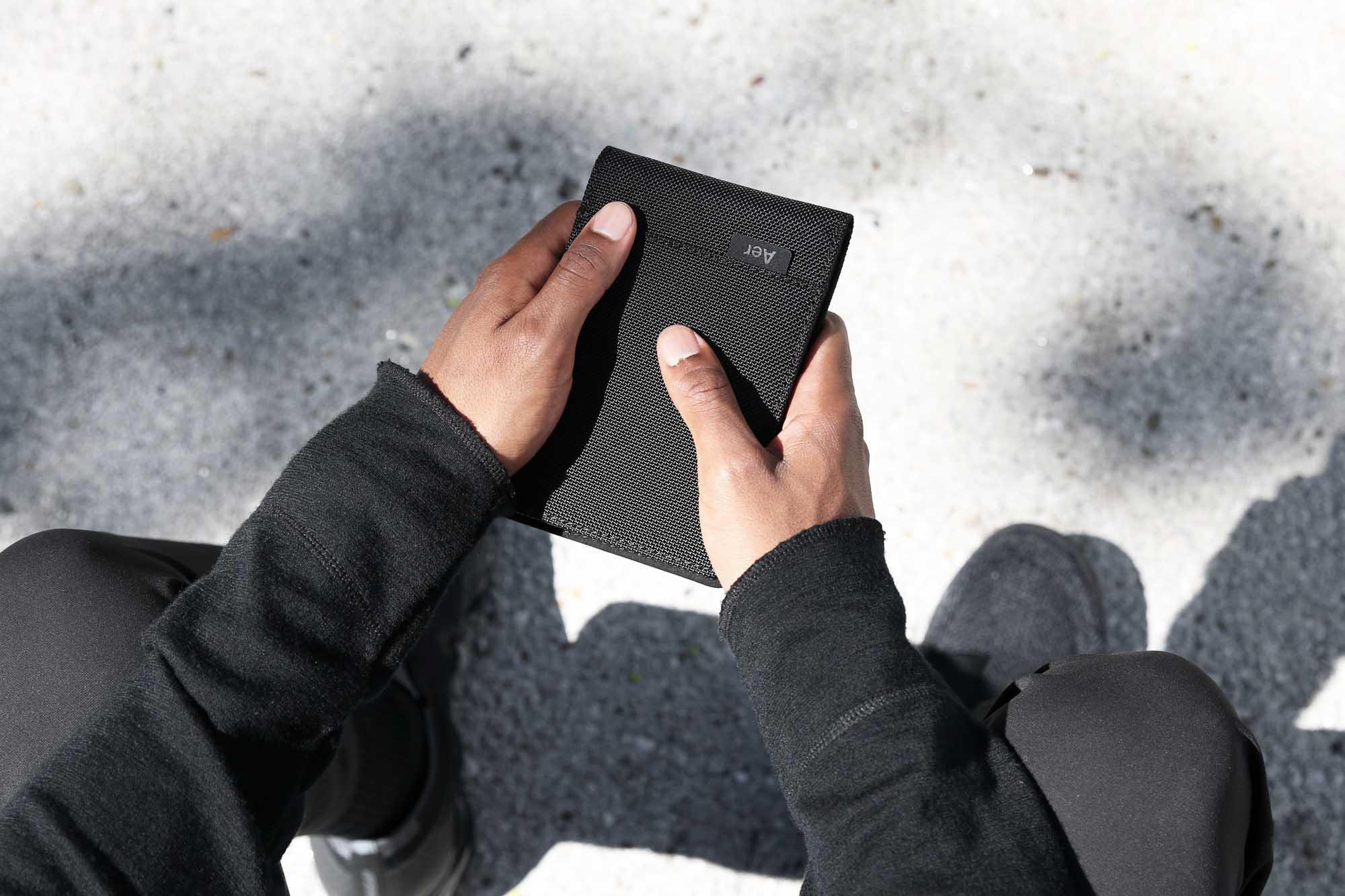 41001_travelwallet_black_hand2.JPG