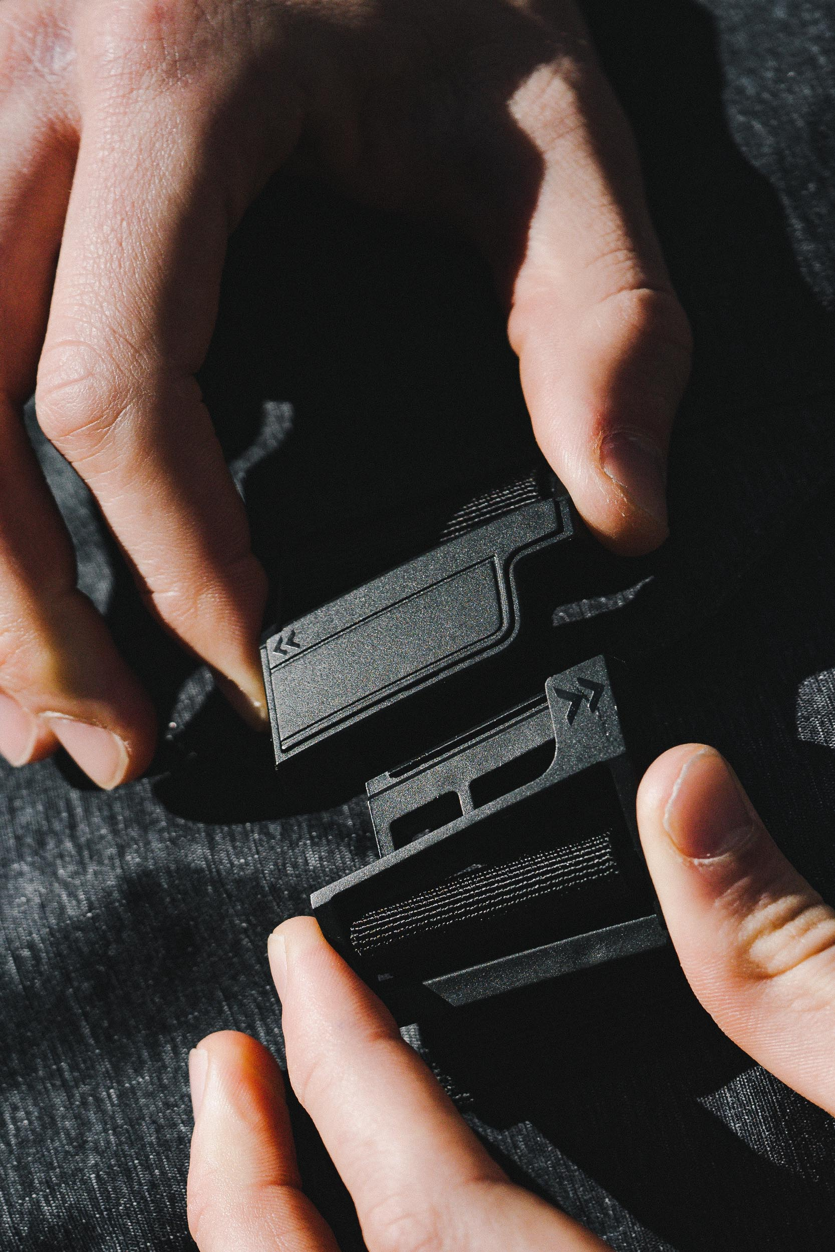 The Fidlock magnetic fastener allows for one-handed quick access.