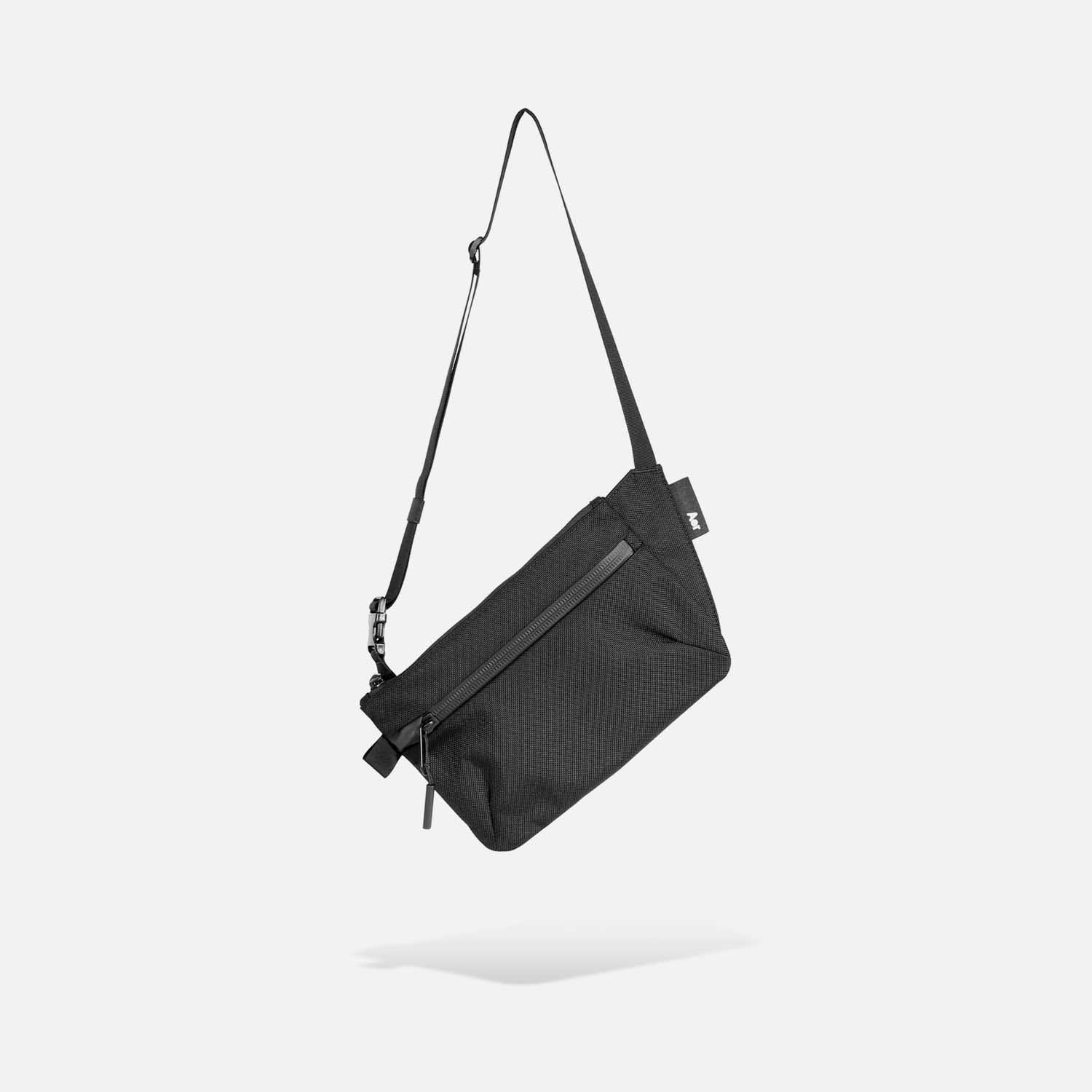 21019_slingpouch_black_hang.jpg