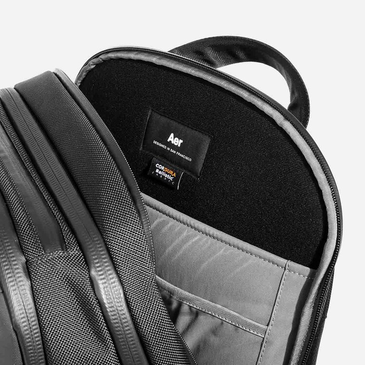 """Padded and suspended laptop pocket with soft lining (fits up to 16"""" MacBook Pro)."""