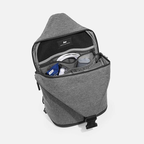 """Suspended laptop pocket with soft lining (fits up to 13"""" laptop)."""