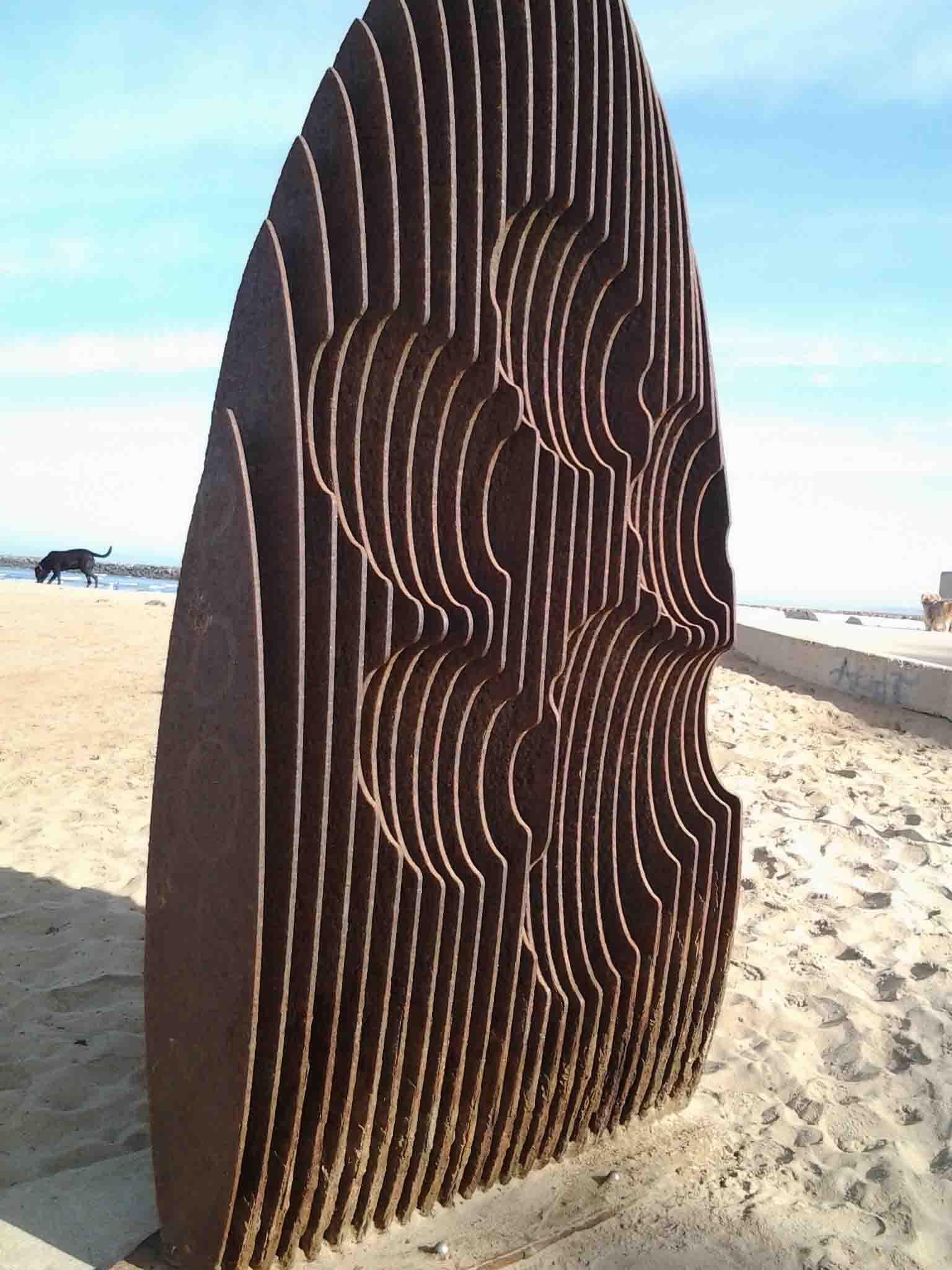 Dog Beach surfboard/pawprint sculpture                                    Photo: (c) Barb Ayers, DogDiary.org