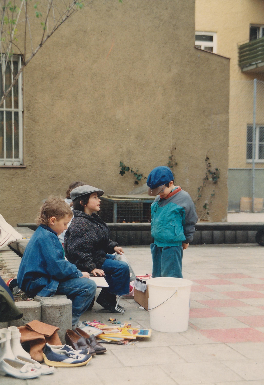 Glocke 1989 Kinder Flohmarkt.jpg