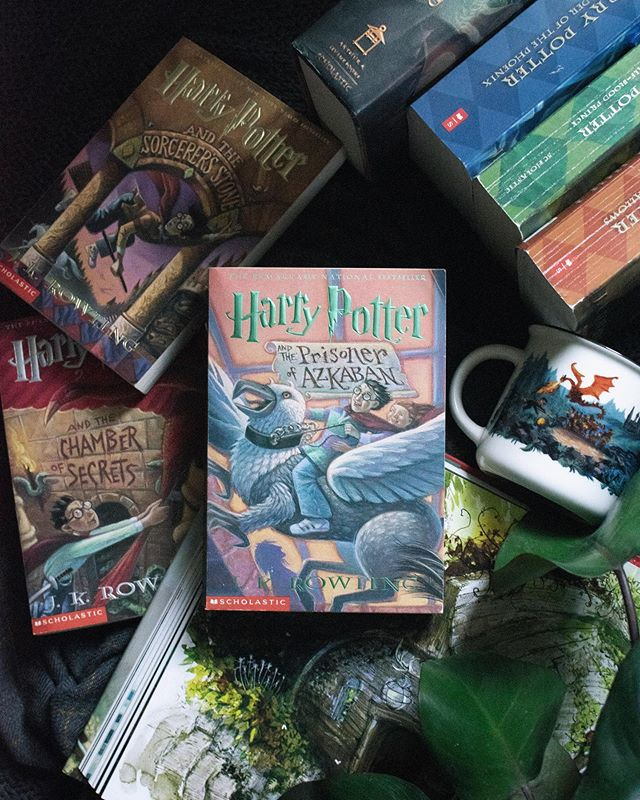 Happy Monday fellow wizards! Which HP book is your fav? ⠀ .⠀ For me it is The Prisoner of Azkaban always and forever. (I'm still not over Sirius' death and probably never will be.) ⠀ .⠀ #somethingwhoaug19 doomsday | books that ripped your still beating heart from your chest and stomped all over it ⠀ #bookqueensaug19 I'm going on an adventure! ⠀ #bookravensaug19 epic love story ⠀ #allthebooksaug19 when I'm not reading... I am probably taking photos or going on adventures! ⠀ #bookreadhappyhour I laugh in the face of danger ⠀ #betterreadschallenge 212/365