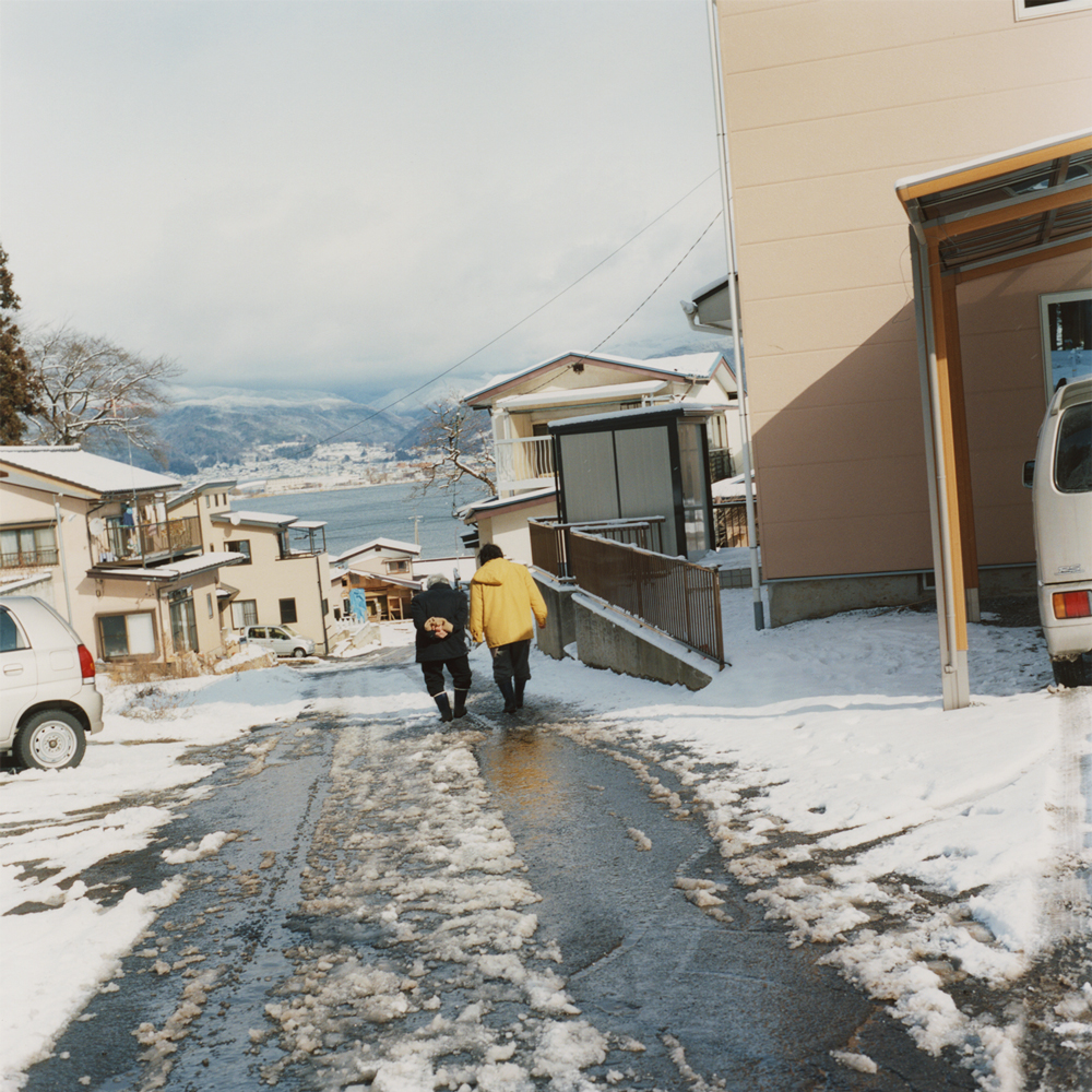 """Sakamichi (a sloping road)"": Walking down the slope with the neighbors after the first shrine visit of the New Year."