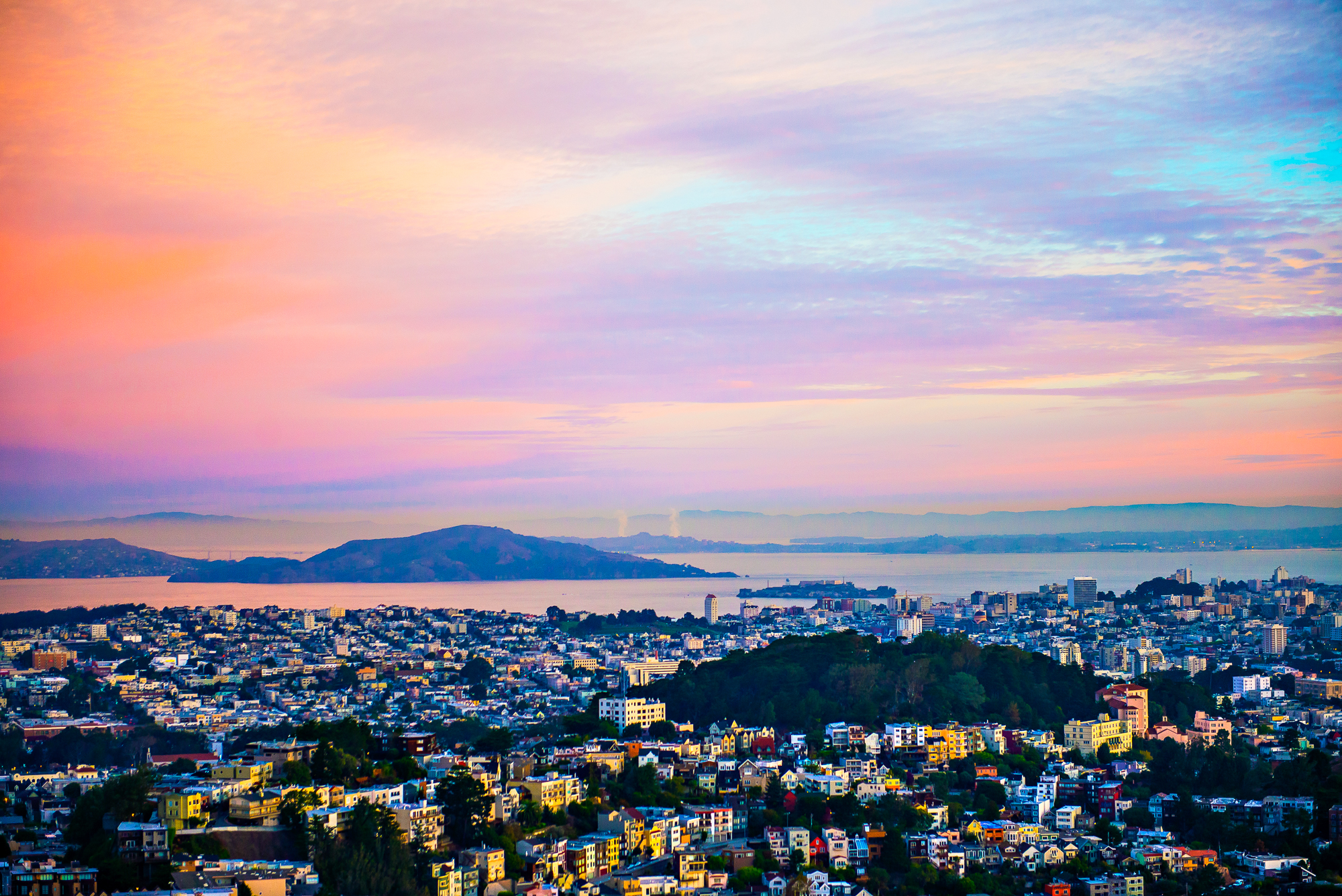 Sunrise overlooking the city from the top of Twin Peaks in San Francisco, Calif.  (© Hanna A. Yamamoto 2014)