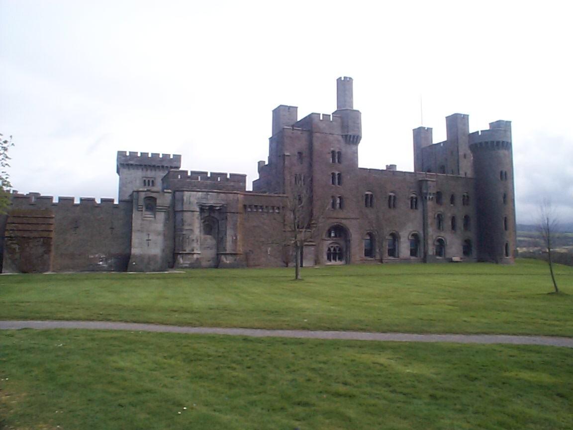 Pen._Castle_-_Wales.jpg