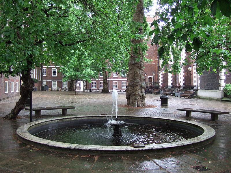 800px-Fountain_Court_London.jpg